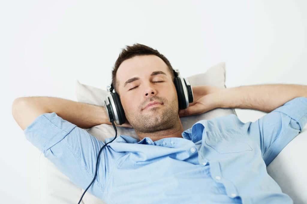 La musicoterapia è una tecnica della medicina olistica che viene usata per abbassare i livelli di stress e favorire un rilassamento profondo. Attraverso la musicoterapia l'organismo rilascia le endorfine, sostanze chimiche responsabili del benessere. La musicoterapia prevede quasi sempre l'ascolto passivo della musica. La musicoterapia è una tecnica sicura ed economica che può essere di aiuto alle terapie tradizionali per favorire il benessere della persona. Oggi la musicoterapia è usata, per esempio, per aiutare persone con malattie croniche o in riabilitazione. Tutti possono beneficiare in qualsiasi momento e a qualsiasi età della musicoterapia. La musicoterapia viene usata quindi per migliorare il benessere generale della persona.