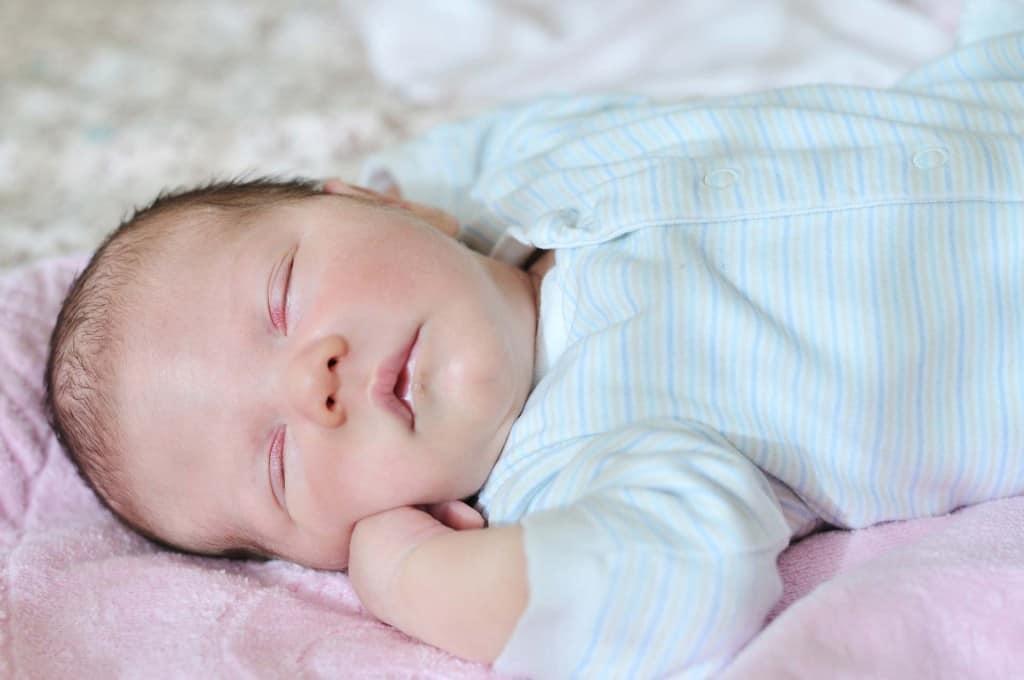 Flora intestinale neonati. Il delicato intestino dei neonati. Utilità dei probiotici per ripristinare la flora intestinale dei neonati. Latte materno e latte in formula. Colichette gassose dei neonati e aiuto dei probiotici.